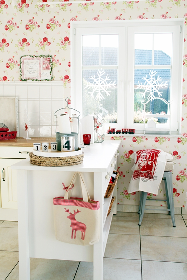 Cottage Küche mit weißen Küchenmöbeln und rot weißer Weihnachtsdeko