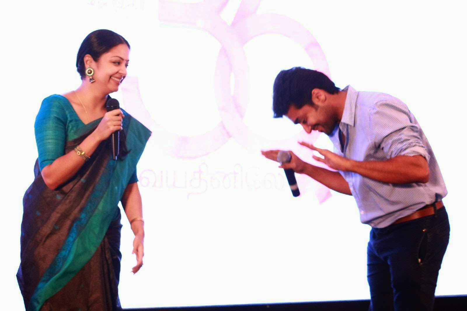 Surya-And-Jyothika-Talking-Cute-images-At-36-Vayadhinile-Audio-Launch-Pictures