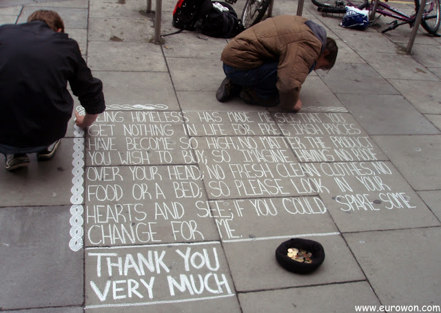 Poesía callejera escrita por dos vagabundos en Dublín
