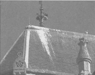 Mancha de oxidación en la cubierta de un monumento.