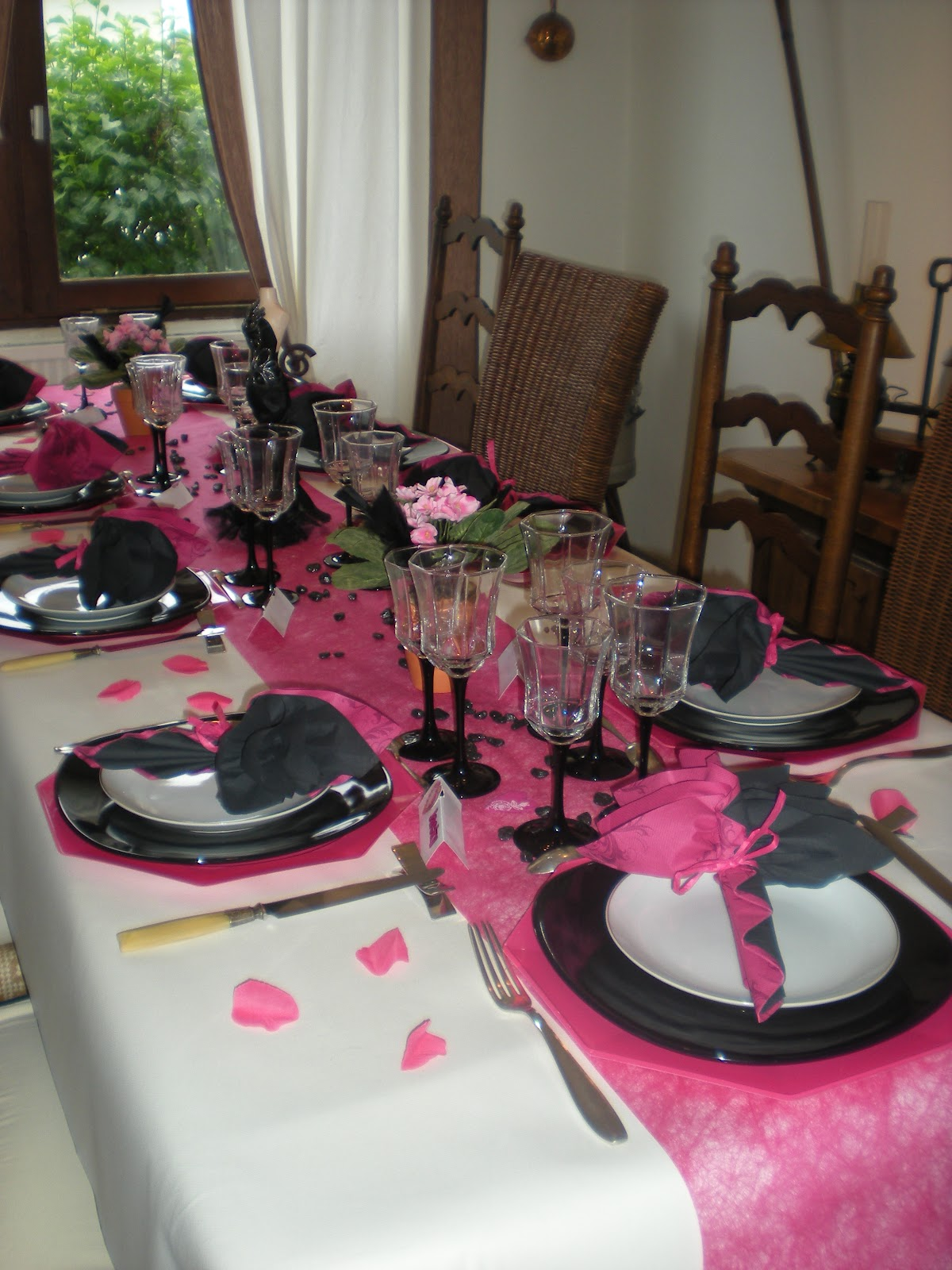 nappe blanche chemin de table rose fushia serviettes noire et fushia. Black Bedroom Furniture Sets. Home Design Ideas