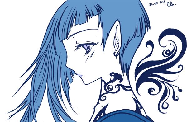 Fille bleue avec tatouage sur le cou et ailes stylisées