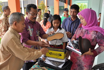 Siswa Mitra Warga Terima Perlengkapan Sekolah Gratis