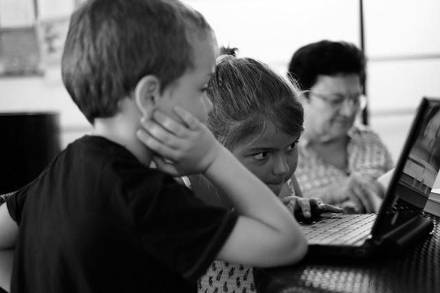 Bambini al lavoro al pc portatile