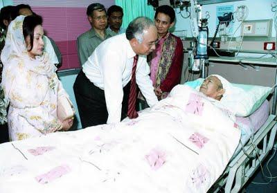 http://4.bp.blogspot.com/-GOnpYre92wA/TdQLLPnKdlI/AAAAAAAAAC0/eu0TPVxwND0/s1600/Najib+Melawat+Nik+Aziz.jpg
