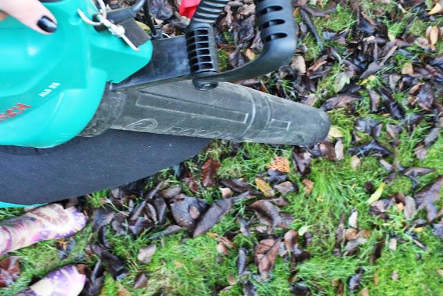 kolorowe kalosze idealne do ogrodu, soczysty zielony trawnik jesienbią, jak dbać o ogród, prace w ogrodzie przed zimą,kiedy zbierac liście, czym zbierać liście, odkurzacz ogrodowy bosch,kobieta odkurza, szczecin blogerka lifestyle