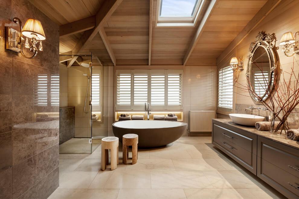Interior de una casa moderna con toques cl sicos y naturales for Decoracion de casas clasicas