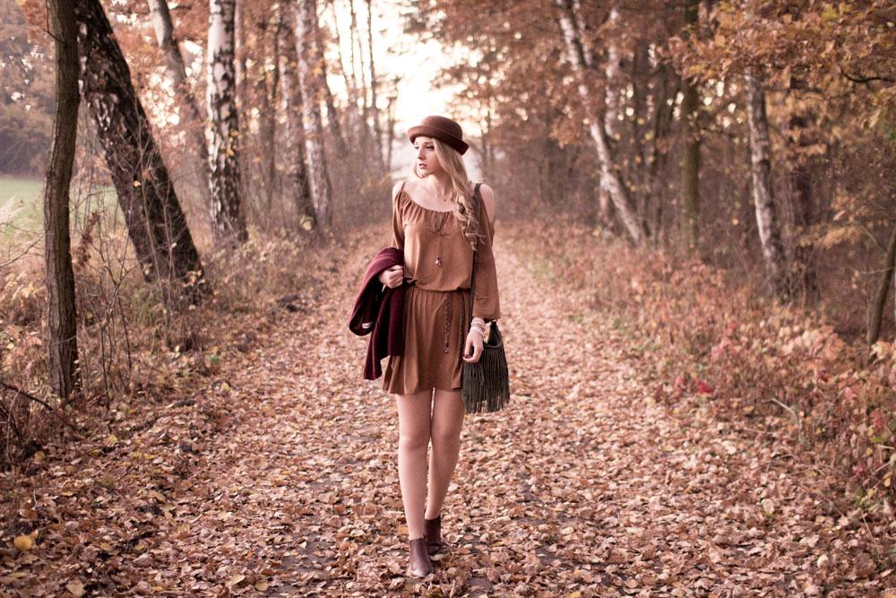 Blog modowy, lifestyle, kosmetyczny. Sukienka zamszowa, rozszerzane rękawy, odkryte ramiona, luźny krój, małe wycięcie i koraliki. Brązowy pasek warkocz, pelciony z ćwiekami. Zielona mała torebka z frędzlami na ramie, kapelusz melonik, sztyblety, burgundowy kardigan, bransoletki, naszyjnik złoty. Boho, etno, hippie styl.