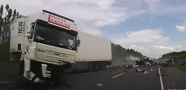 Acidente brutal com mortos, um milagre e um camião português (video)