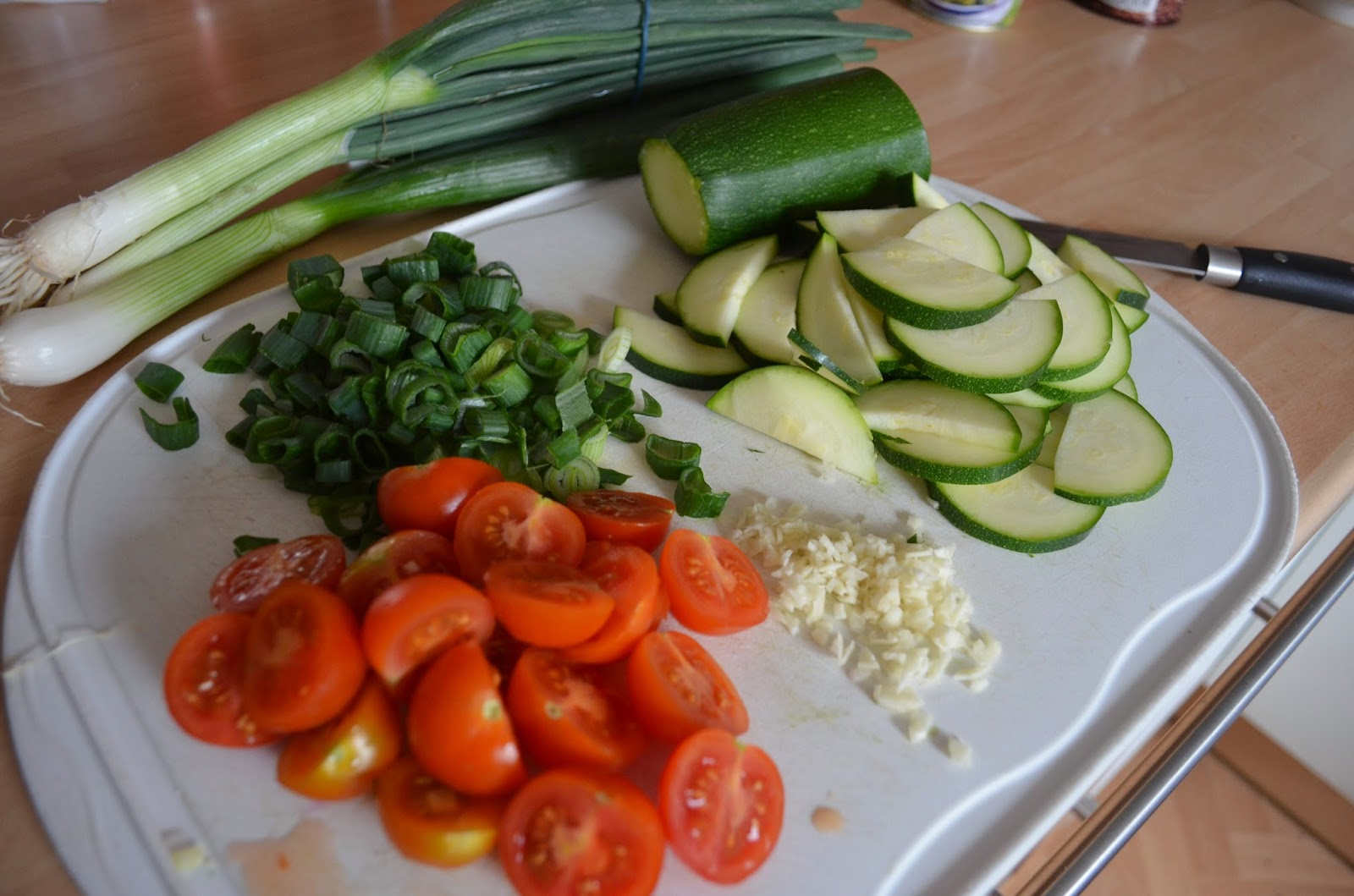 vegan cooking pasta mit zucchini in tomaten sahnesauce. Black Bedroom Furniture Sets. Home Design Ideas