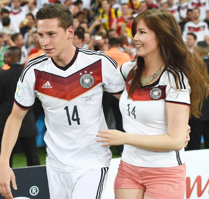 Lena, la novia alemana gordibuena de Julian Draxler, festejando en el estadio Maracaná en la Final de la Copa Mundial de la FIFA Brasil 2014. La guapa chica alemana saltó al campo con un short color melón enseñando sus deliciosas piernas. | Ximinia