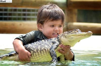 Charlie Parker, de apenas 3 anos de idade, segura o aligátor Gump.