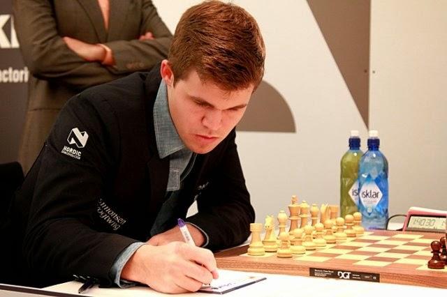 Magnus Carlsen en la segunda ronda del Grenke Chess Classic 2015