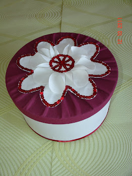 Caixa revestida a tecido - flor bordada com lantejoulas
