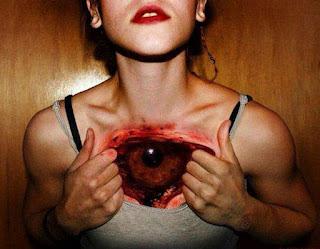 Tatuaje realista de ojo en el pecho