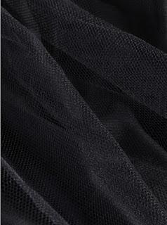 Vestido con hombros caídos, cinturón negro y falda en A con líneas horizontales y flores
