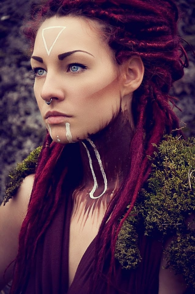 magnifique porttrait d'une jeunde femme rousse en dreds maquillé comme une créature des forets