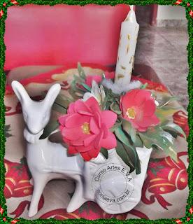 Arranjo com flores modeladas a mão para o natal em E.V.A