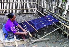 Menenun Kain Secara Tradisional