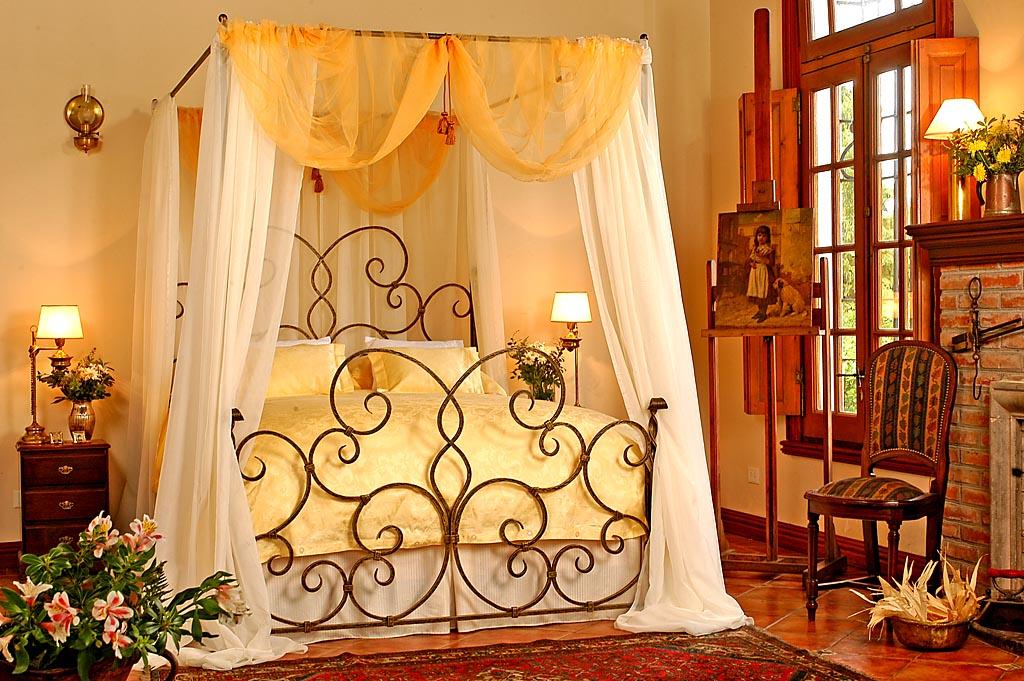 Deco chambre interieur l gantes chambres avec des lits for Chambre a coucher moderne en fer forge