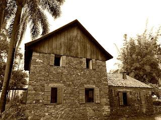 Museu Casa de Pedra, Caxias do Sul. Construções de pedra. Sobrado, à esquerda. Prédio de um piso, à direita.