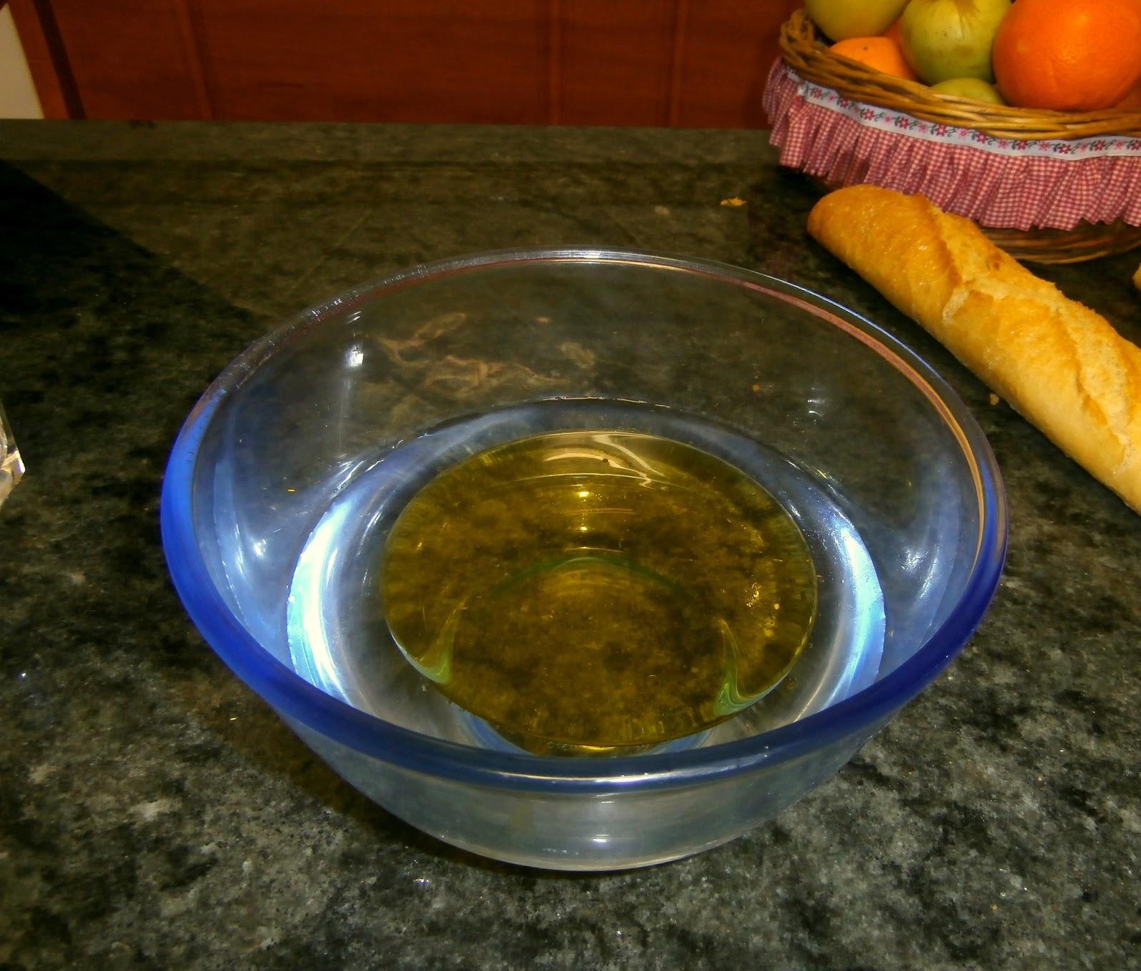 ahora ya que tenemos el aceite listo nos untamos el dedo con una gota de jab n y la vert is en el centro de la superficie del aceite