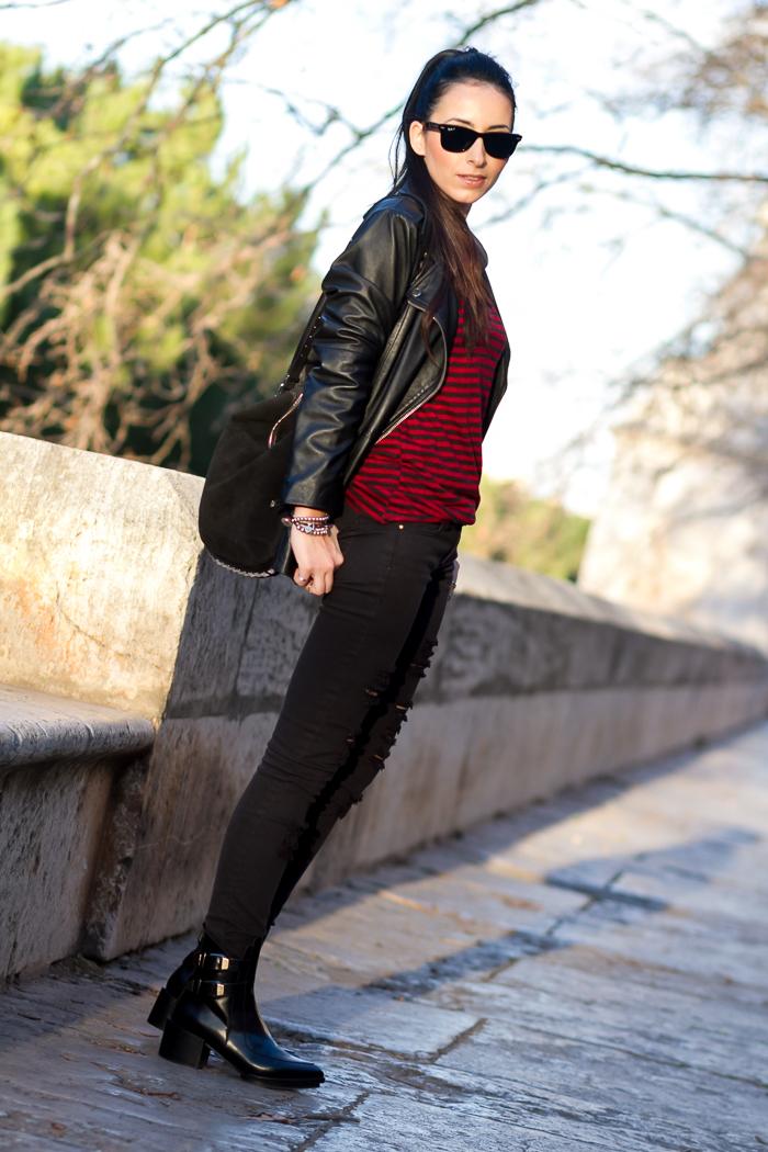 Top Camiseta rayas rojas y negras y chaqueta cazadora de cuero de Zara
