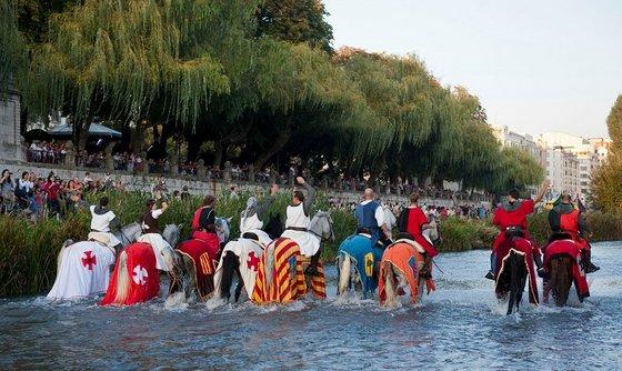 imagen_burgos_cid_medieval_cidiano_publico_paseo_espolon_banderas_blasones_caballos_monturas_caballeros_orilla
