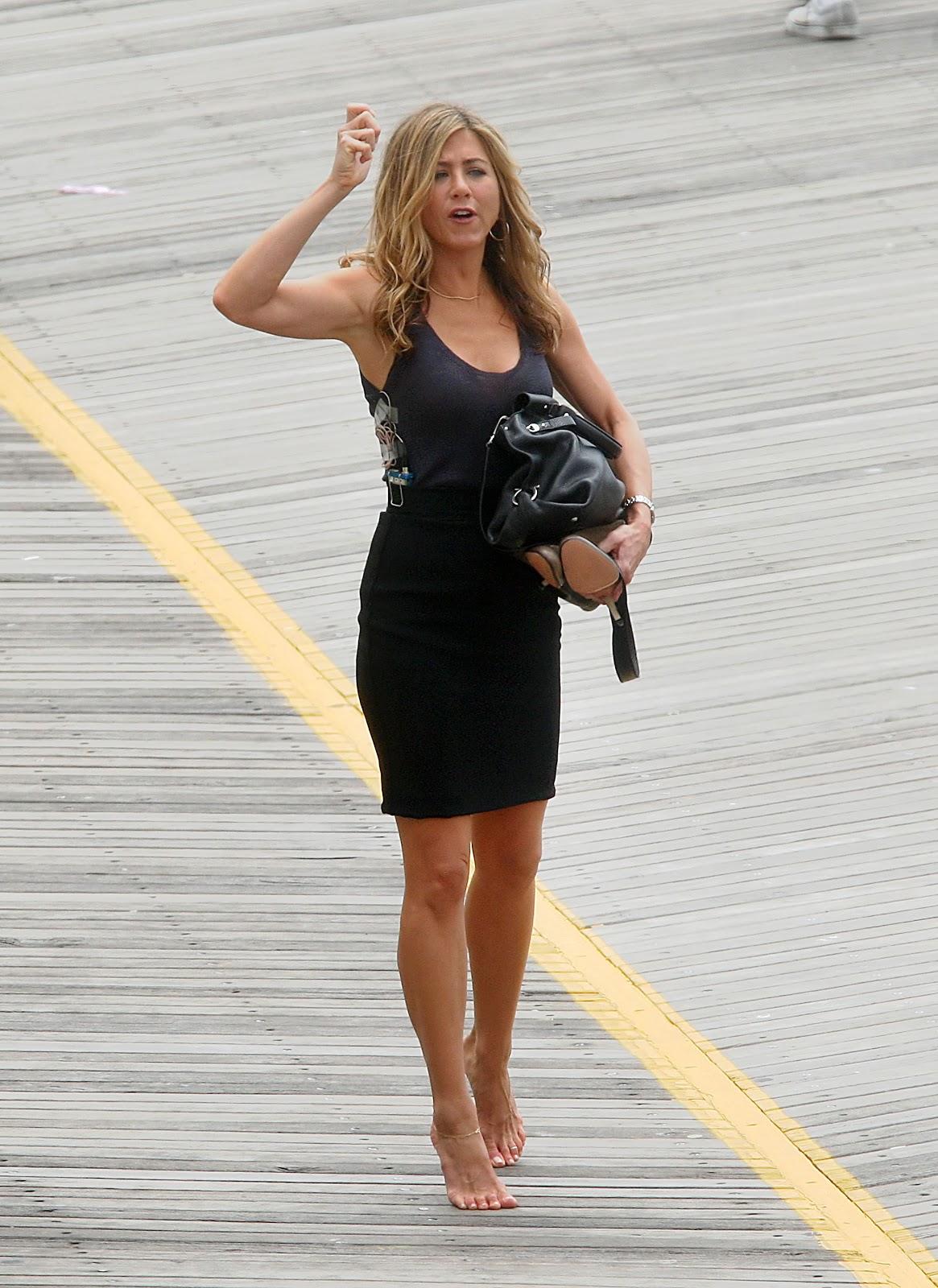 Barefoot celebrities jennifer aniston walking with no shoes - Jennifer aniston barefoot ...
