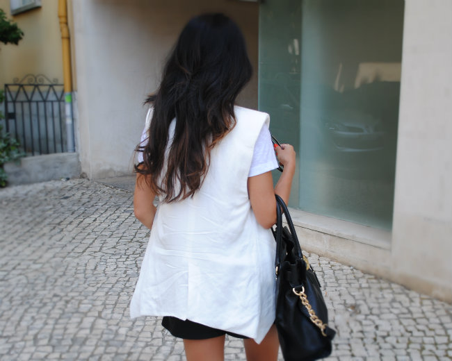 DANIELA PIRES, STREET STYLE, FASHION BLOGGER, TREND, FASHION, LEATHER SHORTS ZARA, MICHAEL KORS HAMILTON, BLACK AND WHITE, WHITE VEST