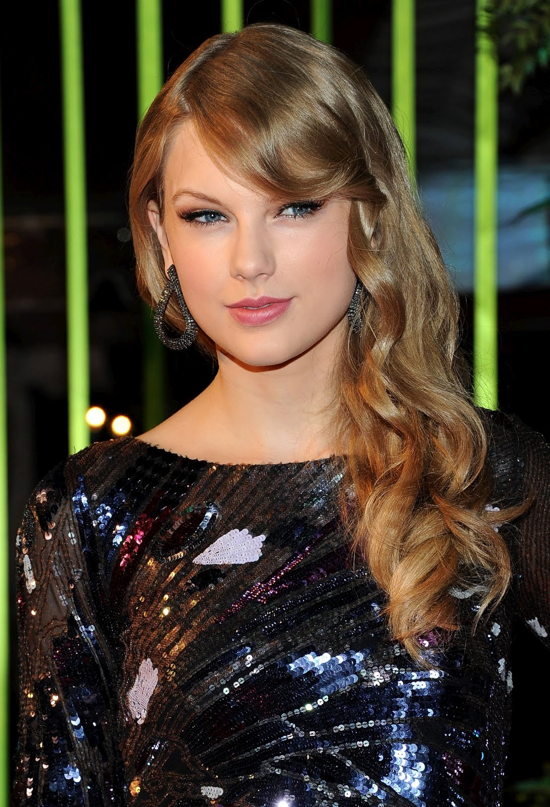 http://4.bp.blogspot.com/-GUWt5SxNm9w/TrtcSurEv3I/AAAAAAAAAkc/P2t-nzYaLss/s1600/Taylor-Swift-59th-BMI-Country-Awards.jpg