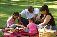 0020_una-familia-orando-por-los-alimentos