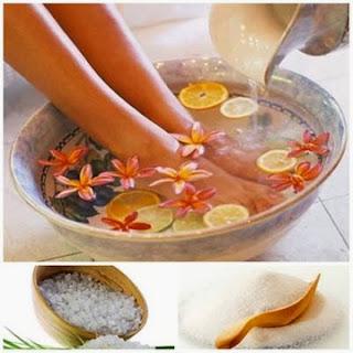 Cách khắc phục da tay da chân bị nẻ bằng: Muối