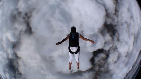 Čovek skače padobranom u guste oblake ispod