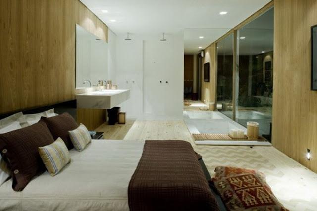 Ванная комната в доме со стеклянными стенами
