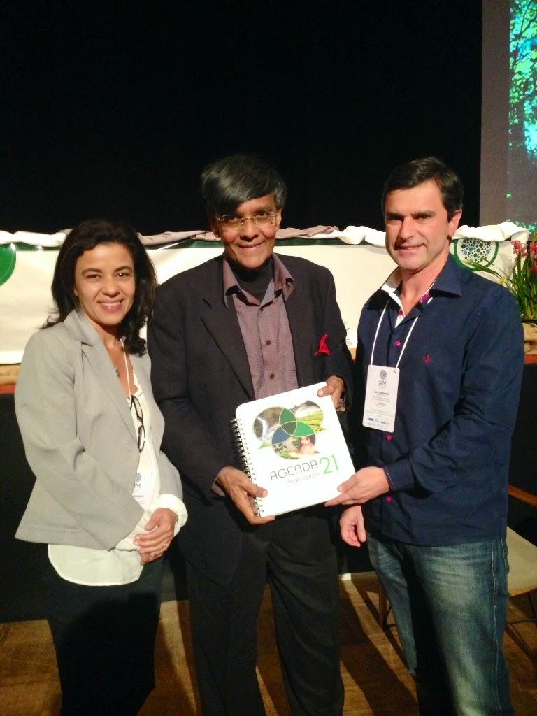 Mohan Munasinghe recebeu do subsecretário de Meio Ambiente, Leandro Coutinho, o Plano local de Desenvolvimento Sustentável de Teresópolis