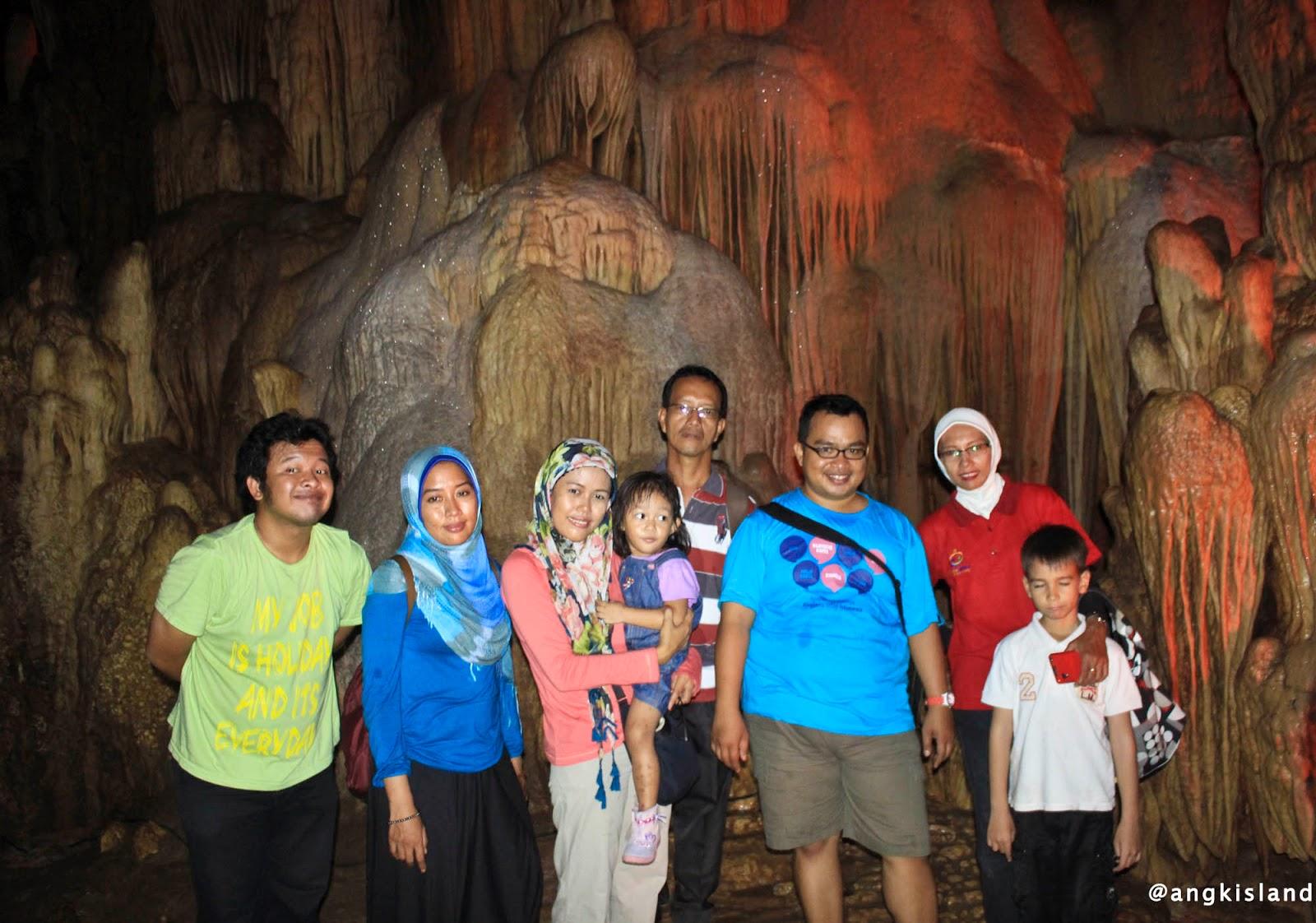 foto keluarga di goa gong