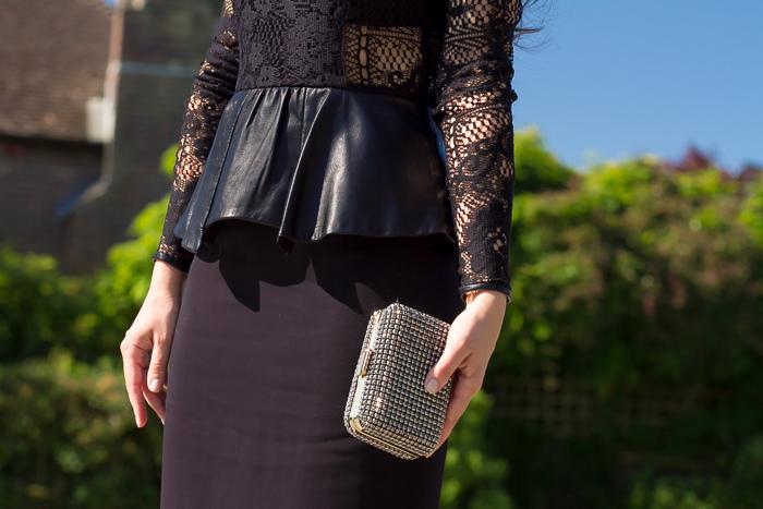 Imagen de detalle del vestido y bolso de mano