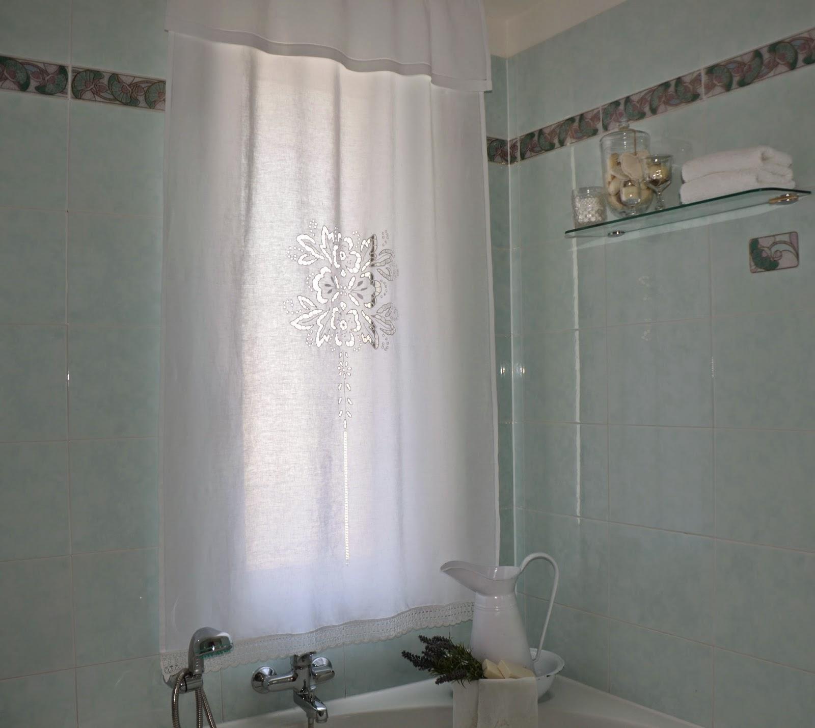Croci e delizie nuova tenda per il bagno a punto intaglio for Tenda bagno finestra