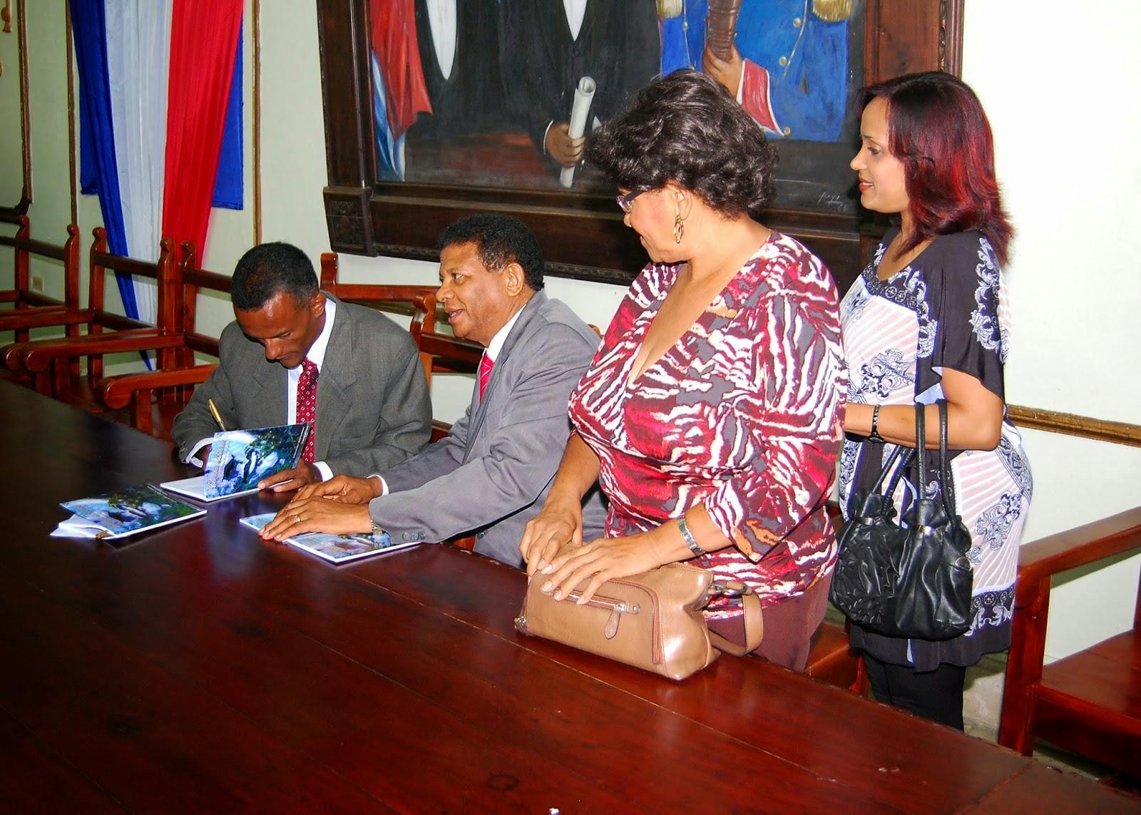 Cesáreo Silvestre Peguero, momentos cuando autografía los libros de su autoría: VERSOS LIBRES