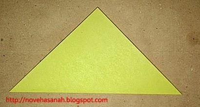 langkah kedua cara melipat kertas origami menjadi bentuk ayam yang sangat mudah sehingga cocok untuk anak TK atau anak SD