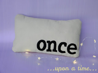 Pattern and tutorial for a fairy tale flashcard pillow in vintage style.