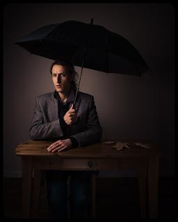 Kreatywny portret fotografa przy stoliku. fot. Łukasz Cyrus