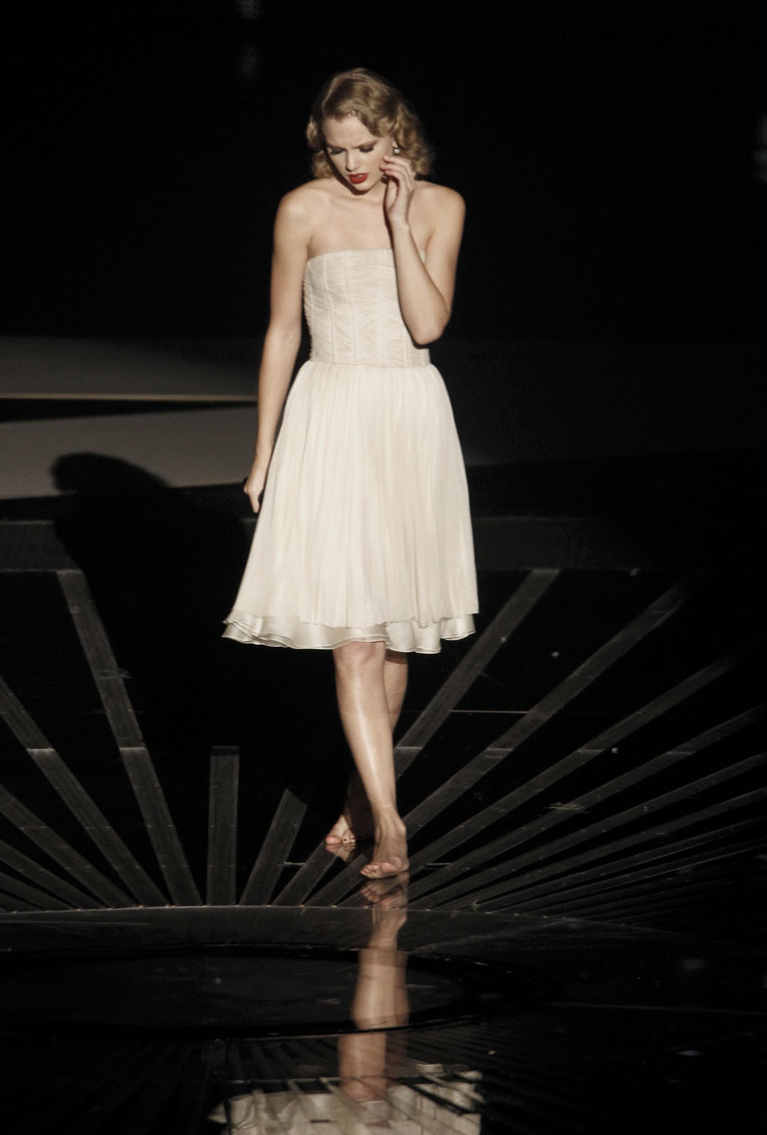 http://4.bp.blogspot.com/-GZB765_cjCg/T1_EAuS_WqI/AAAAAAAAAnc/lJXpxJYWFrI/s1600/Taylor-Swift-Feet-217459.jpg