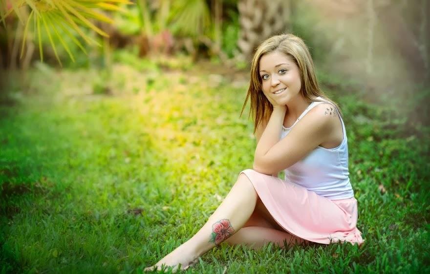 Kaitlyn Hunt im Gras sitzend