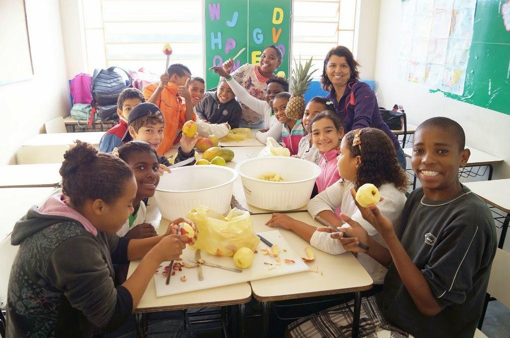 Alunos da Escola Municipal Professora Irene Sant´ana preparam uma salda de frutas