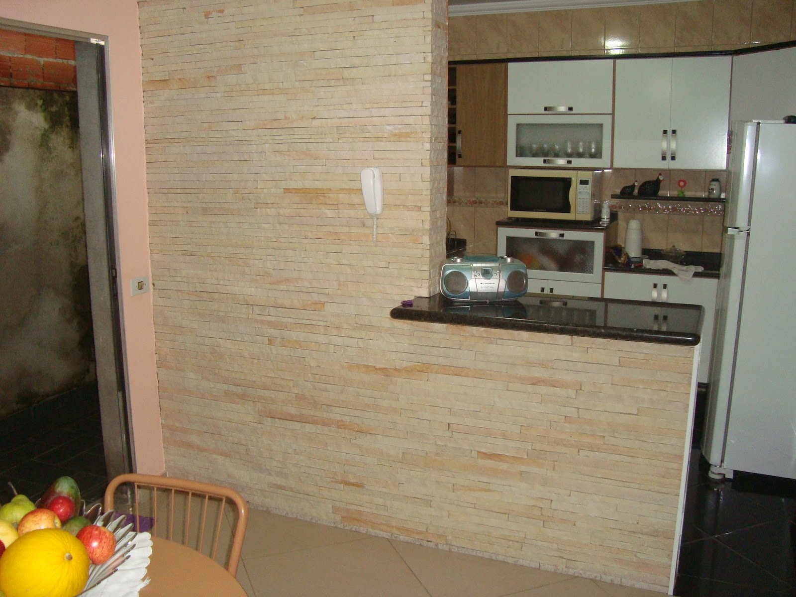 Esta cozinha america foi feita com canjiquinha pália e pedra mármore  #C7A204 1600 1200