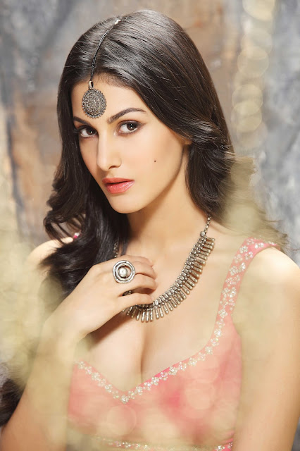 Actor Amyra Dastur Bags a Hollywood Project‏