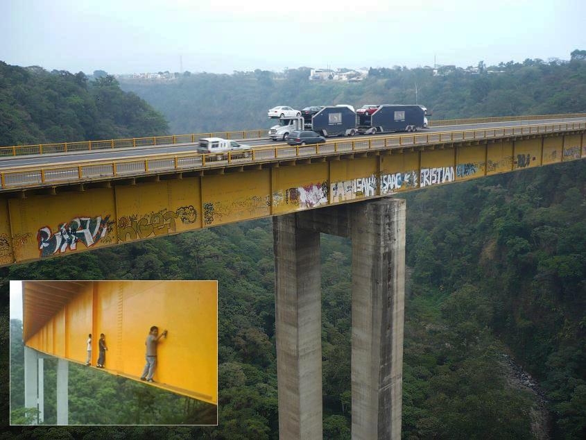 Bergelayutan di Jembatan