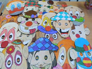 Celebramos el carnaval haciendo máscaras en plástica y nos las probamos.